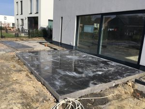 Terras met gepolierde beton
