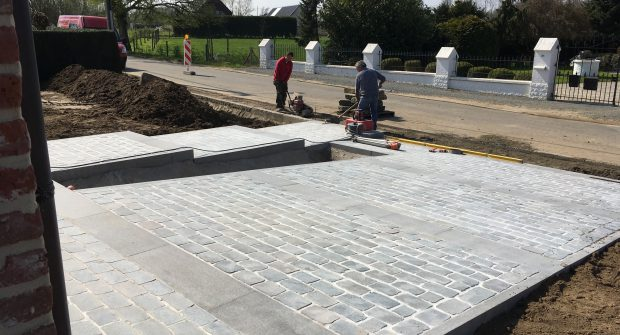project totale buitenaanleg Beigem Meise kassei wandelpad kassei plateau's oprit deurpad niveauverschillen keramische tegels terras