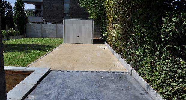 Tuinafsluiting Vilvoorde betonnen gleufpalen met structuur beton_0968