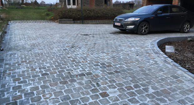 Vlezenbeek kasseien klinkers oprit keerwanden betonnen staptegels trap naar deur