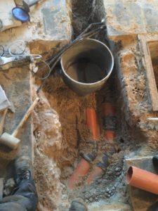 Sint-Pieters-Leeuw openbreken garagevloer en klinkerpad herstellen aanleg RWA buizen toezichtputje gescheiden riolering 3