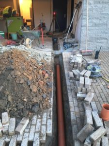 Sint-Pieters-Leeuw openbreken garagevloer en klinkerpad herstellen aanleg RWA buizen toezichtputje gescheiden riolering 4
