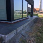 aanleg gangpad rond villa en terras keramische tegels Cimenti Midnight 80x80 Sint-Pieters-Leeuw 10 - Massaert bvba