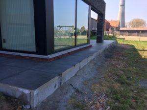 aanleg gangpad rond villa en terras keramische tegels Cimenti Midnight 80x80 Sint-Pieters-Leeuw 10