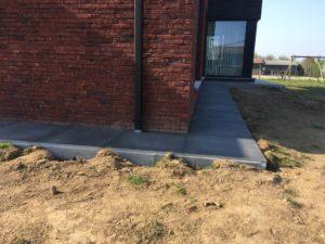 aanleg gangpad rond villa en terras keramische tegels Cimenti Midnight 80x80 Sint-Pieters-Leeuw 7