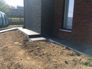 aanleg gangpad rond villa en terras keramische tegels Cimenti Midnight 80x80 Sint-Pieters-Leeuw 8