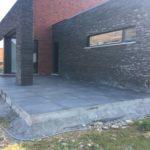 aanleg gangpad rond villa en terras keramische tegels Cimenti Midnight 80x80 Sint-Pieters-Leeuw 9 - Massaert bvba