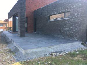 aanleg gangpad rond villa en terras keramische tegels Cimenti Midnight 80x80 Sint-Pieters-Leeuw 9