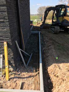 aanleg gangpad rond villa en terras keramische tegels Cimenti Midnight 80x80 Sint-Pieters-Leeuw_0971