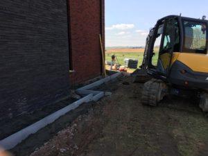 aanleg gangpad rond villa en terras keramische tegels Cimenti Midnight 80x80 Sint-Pieters-Leeuw_0973