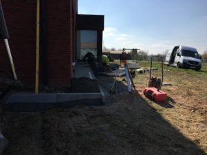aanleg gangpad rond villa en terras keramische tegels Cimenti Midnight 80x80 Sint-Pieters-Leeuw_0974