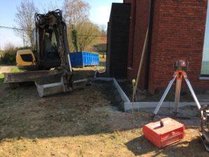 aanleg gangpad rond villa en terras keramische tegels Cimenti Midnight 80x80 Sint-Pieters-Leeuw_0977
