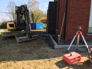 aanleg gangpad rond villa en terras keramische tegels Cimenti Midnight 80x80 Sint-Pieters-Leeuw_0978