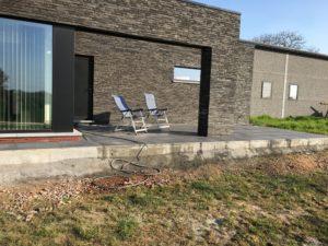 aanleg gangpad rond villa en terras keramische tegels Cimenti Midnight 80x80 Sint-Pieters-Leeuw_1038