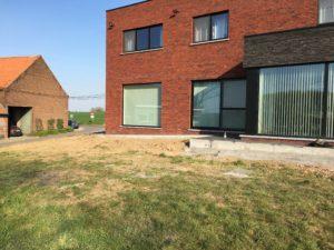 aanleg gangpad rond villa en terras keramische tegels Cimenti Midnight 80x80 Sint-Pieters-Leeuw_1040