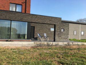 aanleg gangpad rond villa en terras keramische tegels Cimenti Midnight 80x80 Sint-Pieters-Leeuw_1041