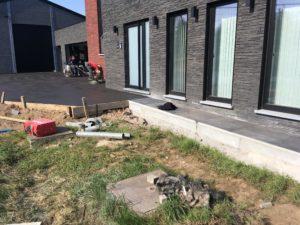 aanleg oprit in gepolierd beton met parkeerplaatsen omlijst door replica klinkers _4
